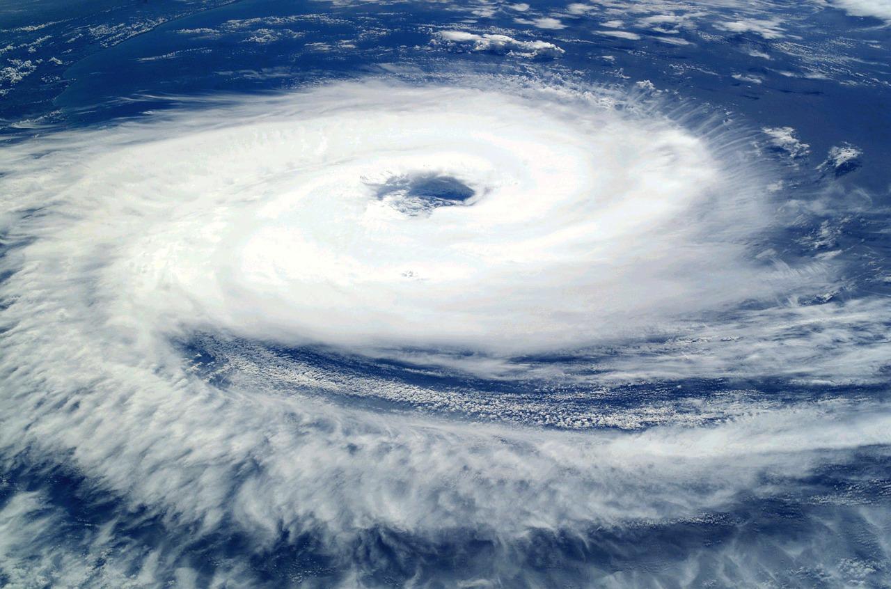 宇宙衛星から見たハリケーンの写真
