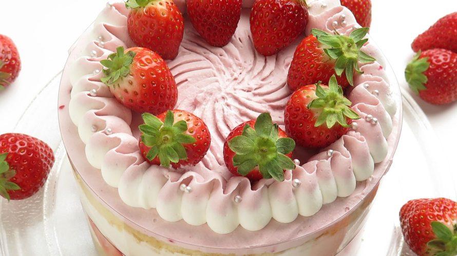 苺が乗った1ホールのケーキ