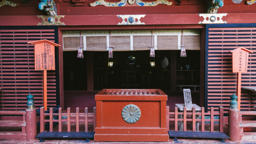 神社に置かれている赤い賽銭箱