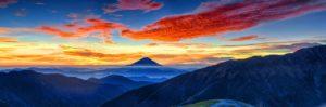 夕焼けで黒く染まる富士山