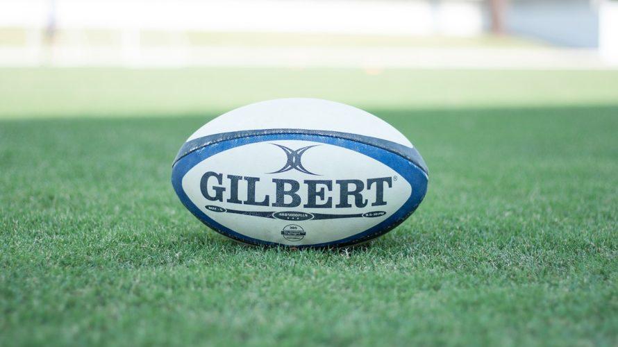 芝生の上に置かれたラグビーボール
