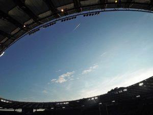 スタジアムの中から見た青空