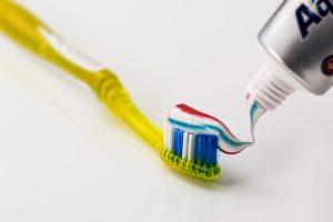 チューブから歯磨き粉を出し、歯ブラシの上に乗せる