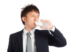 ペットボトルで水分補給しているサラリーマン
