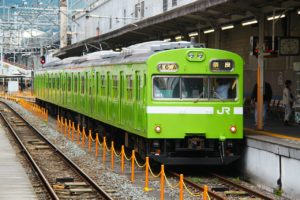 ホームへ入ってくる緑色の電車