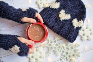 ホットチョコレートを持つ両手